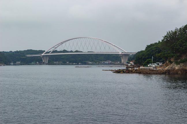 志摩パールブリッジを眼前に眺めながら和具漁港に入港していく