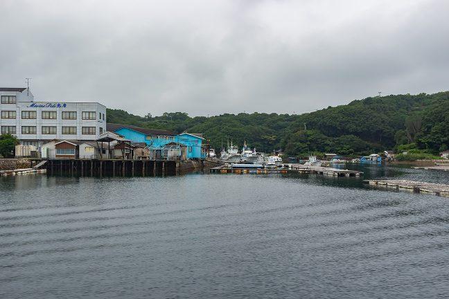 ホテルなどを眺めながら静々と和具港内を進んでいく