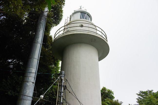 樹林の中から海を見つめる御座岬灯台