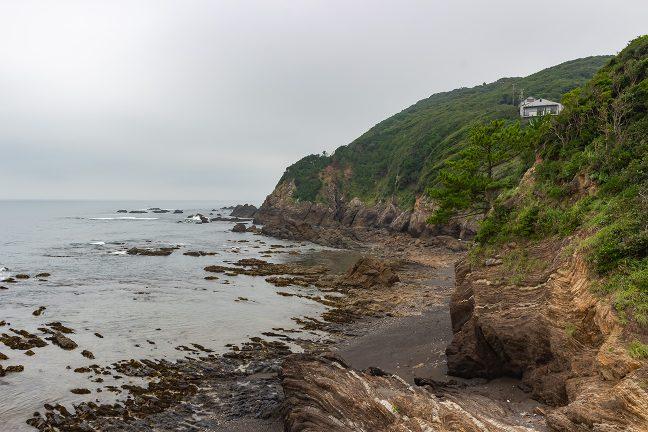 御座岬周囲の海岸線は岩礁が続く