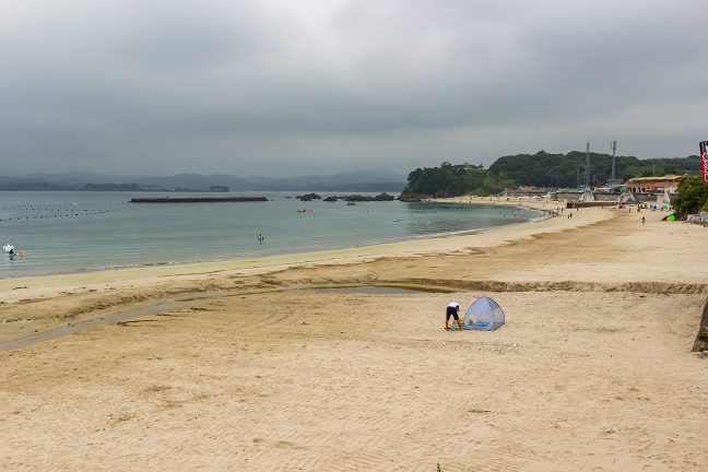 御座岬内湾側は白浜海水浴場が広がる