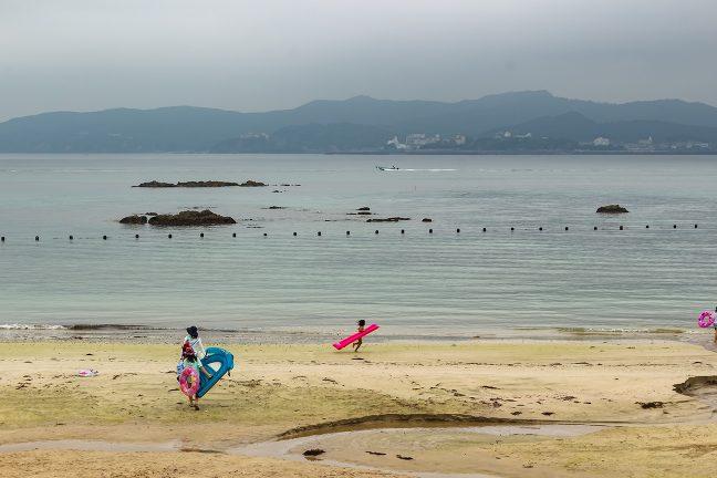 天気は冴えないが海水浴客の姿も散見される