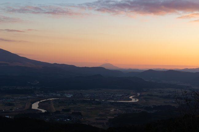 矢岳高原への登り道から眺める霧島盆地と桜島