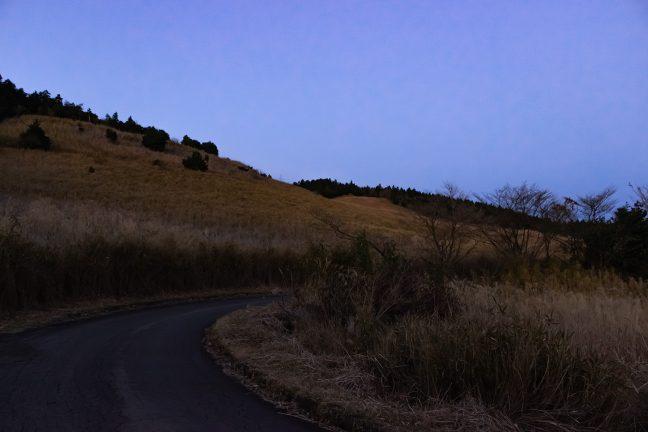 1車線の細い舗装路をひたすら登り続ける