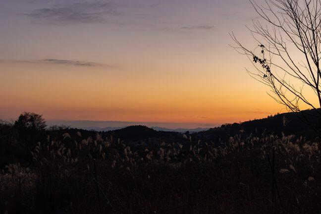 暮れ始めた矢岳高原でしばし休息