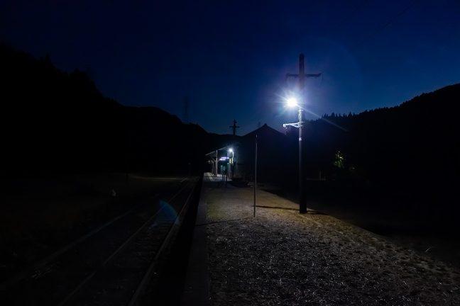 18時過ぎになって暮れかけた矢岳駅に到着