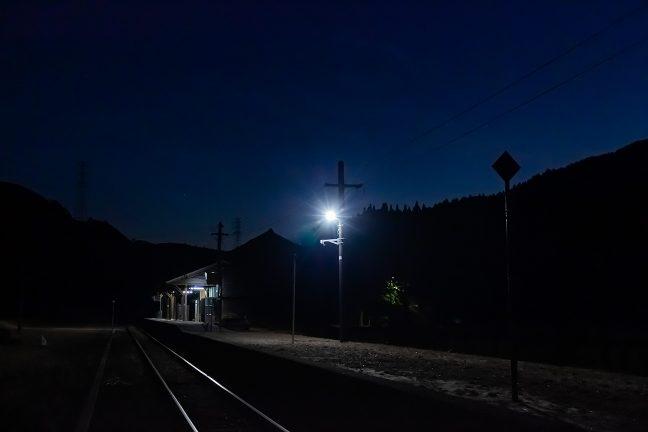 残照の残る空をバックに静かにたたずむ高原の旅情駅