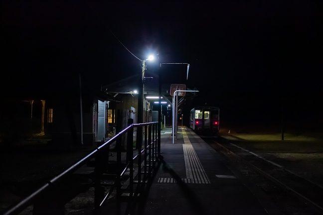 人吉に向かう最終列車が到着