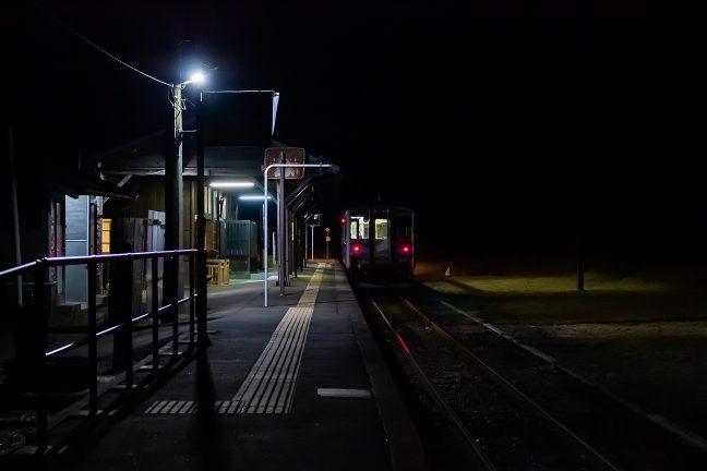 19時過ぎというのに深夜のような矢岳駅
