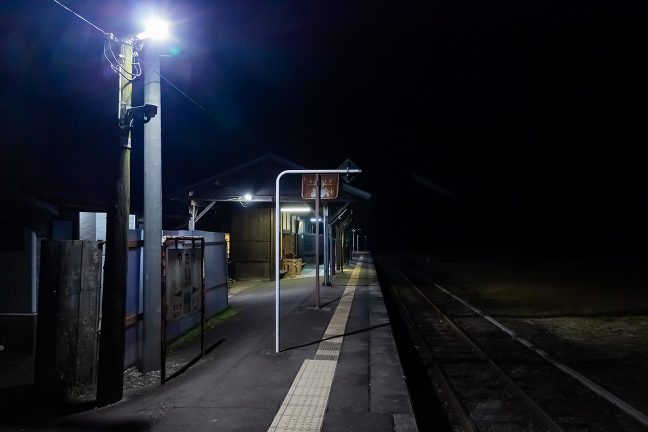 夜の帳を相棒に、一人佇む矢岳駅の夜
