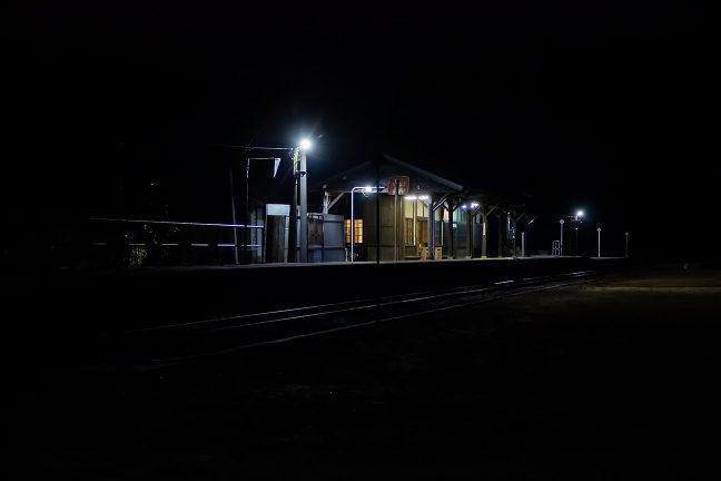 整地され草地となった下り線ホーム跡から駅を眺める
