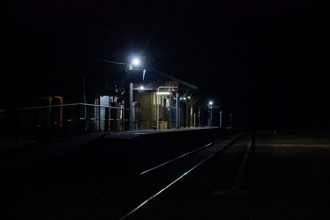 民家は散在するだけで照明の灯る駅の周辺だけが明るい