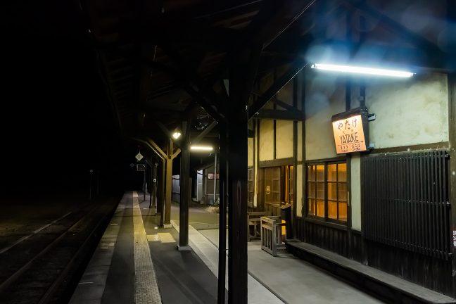 重厚なつくりの矢岳駅舎