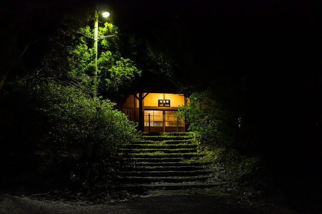 取り付き道路から階段を上がった先に矢岳駅の駅舎がある