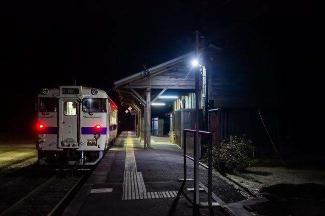 旅情駅の夜にはテールライトが似合う
