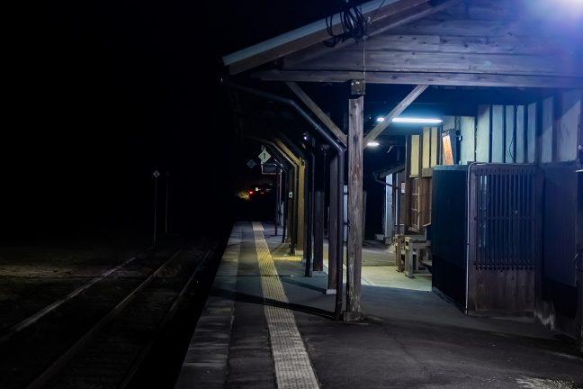 余韻を残して走り去る吉松行の最終列車