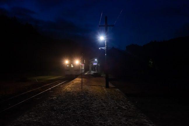 誰も居ないホームで乗客を待つ人吉行きの始発列車