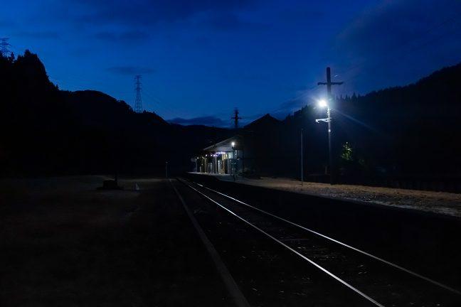少しずつ明けていく早朝の矢岳駅