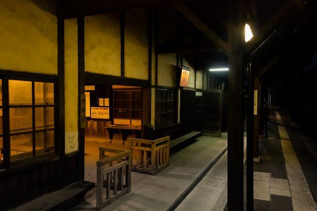 明治以来の歴史を刻む風格ある矢岳駅舎