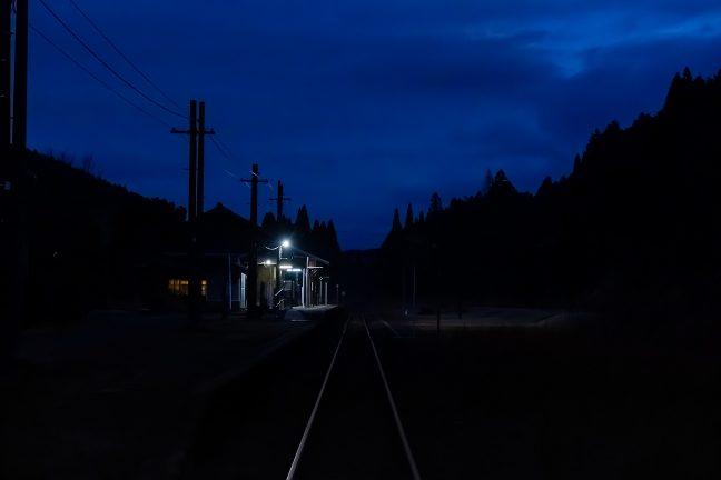 きらめくレールの彼方に、ポツンと浮かぶ矢岳駅の孤影