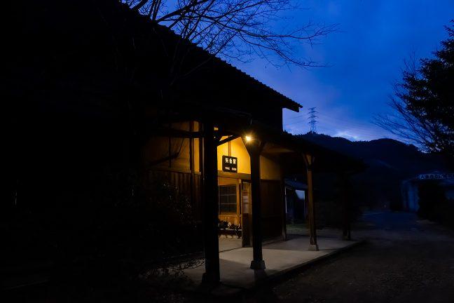 赤みある照明が印象的な矢岳駅舎