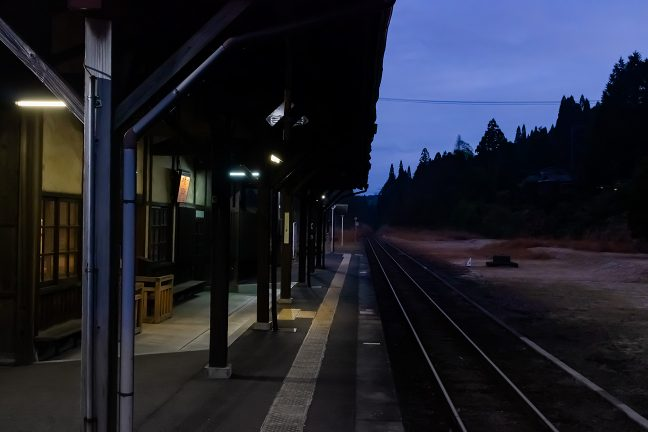 重厚感ある矢岳駅のホーム