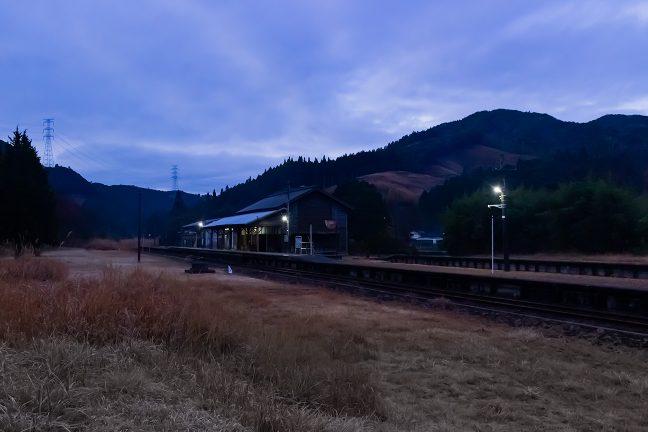 高原に静かに佇む矢岳駅