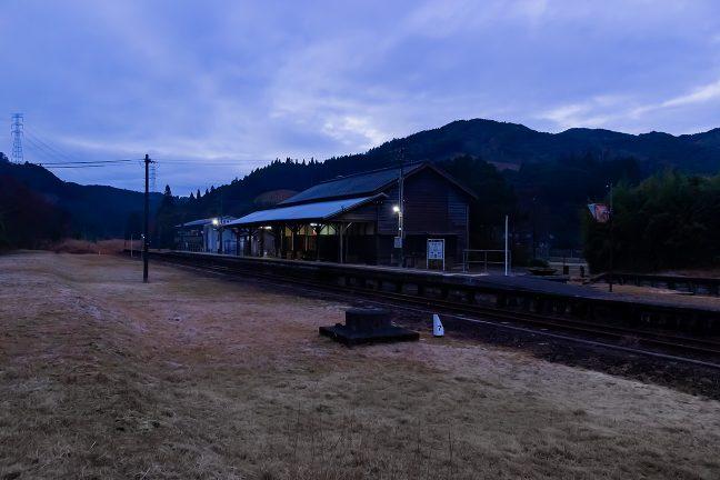 ここが幹線だった時代を偲ばせる矢岳駅の駅舎