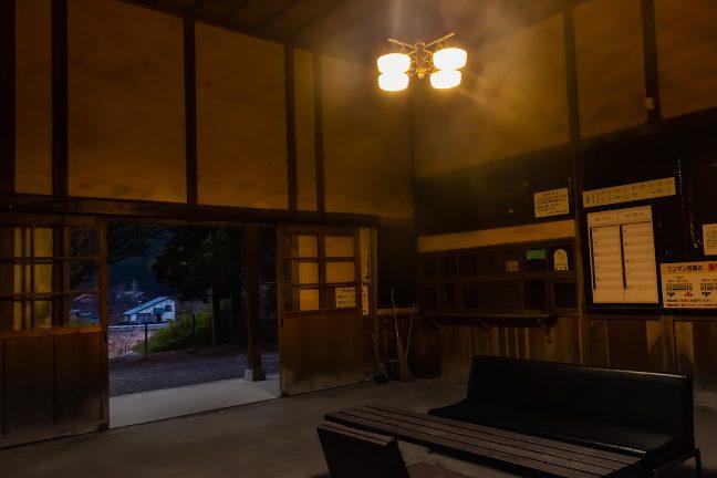 シャンデリア風の照明に付け替えられてなんとなく大正時代風の待合室