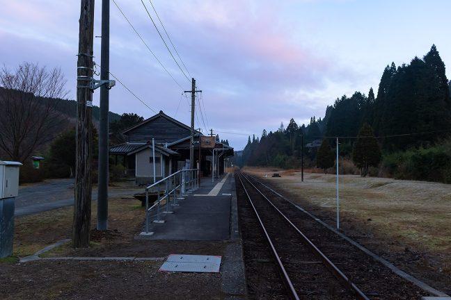 照明が消えて朝が訪れた矢岳駅