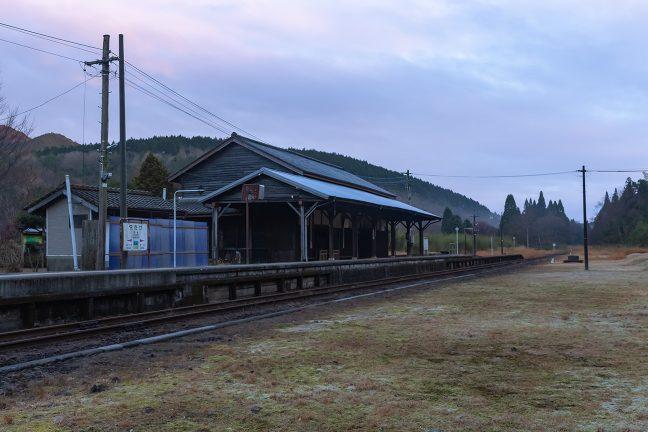 高原の駅は冷え込みが厳しく霜が降りていた