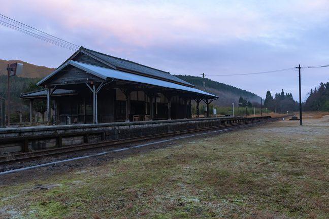 蒸気機関車や国鉄型の車両が似つかわしい雰囲気の矢岳駅