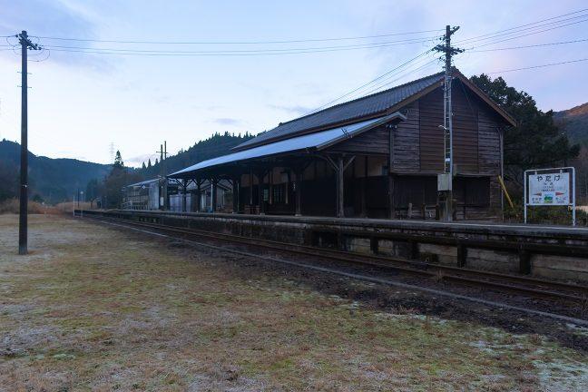 厳しい冷え込みの中で、じっと静かに朝日を待つ矢岳駅