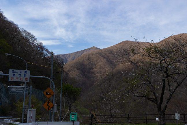 仙人トンネルの釜石側出口付近から望む雌岳