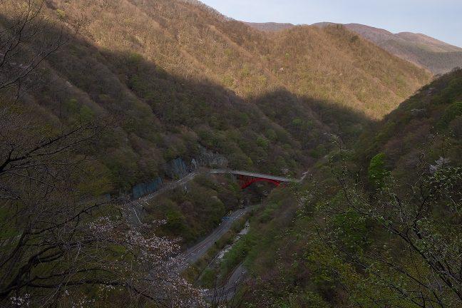 仙人トンネルの釜石側出口付近から行く方仙人峠のループ橋を見下ろす