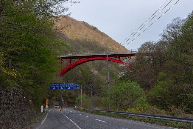 仙人峠の急勾配をループ橋の下まで下ってきた