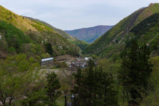 眼下に陸中大橋駅を眺めつつ谷を下り続ける