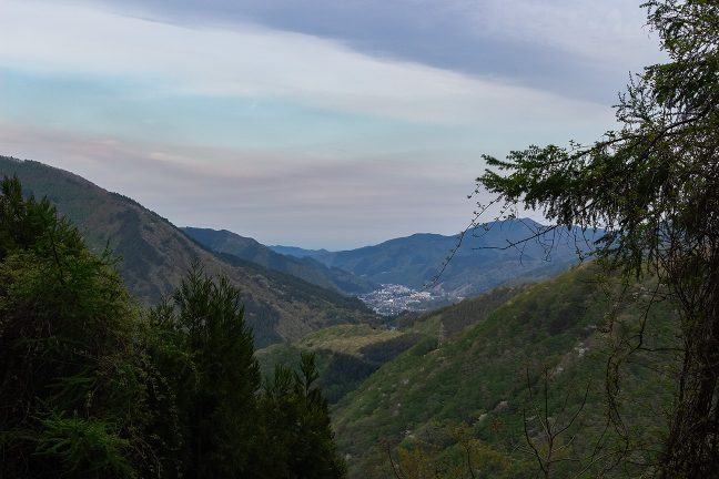 遠くに釜石方面の街並みを見下ろす箱根峠への険路