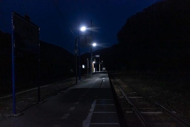 誰も居ない山峡の無人駅に一人佇む至福のひと時