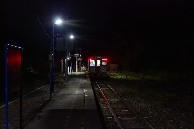 エンジンを吹かせて出発していく普通列車を見送る