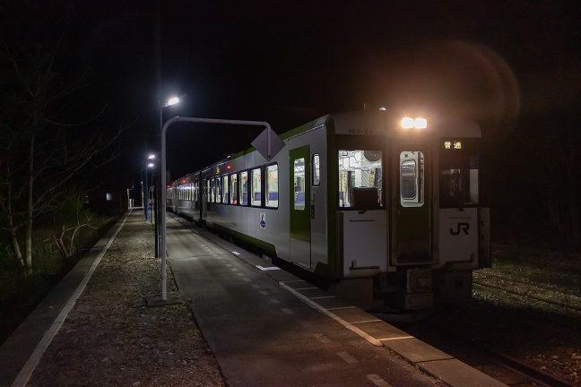 4両編成の普通列車が到着した