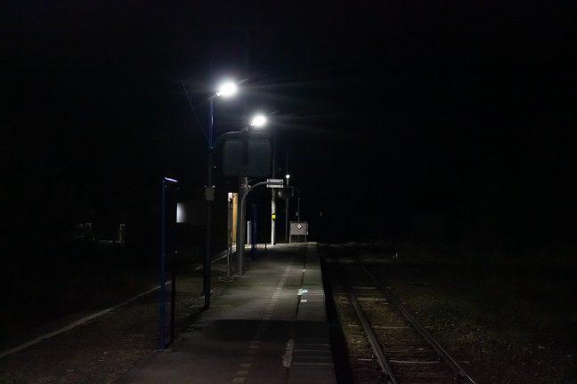 最終を見送った駅のホームで一日の名残を惜しむ