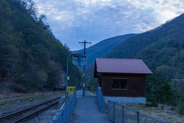 照明も消灯し山峡の無人駅に朝がやってきた