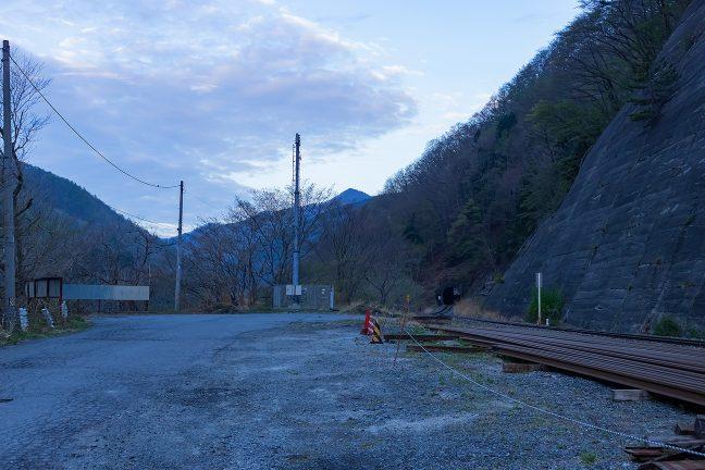 駅の取付道路は遠野方で突き当りになっている