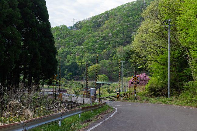 釜石線の踏切を渡れば、箱根峠越えの区間が終わりを告げる