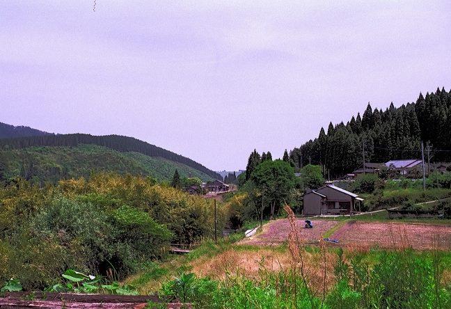 矢岳高原への散策路から遠望した矢岳駅