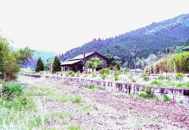 下り線側のホームが残っていた99年当時の矢岳駅