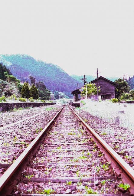 高原に佇む趣ある矢岳駅