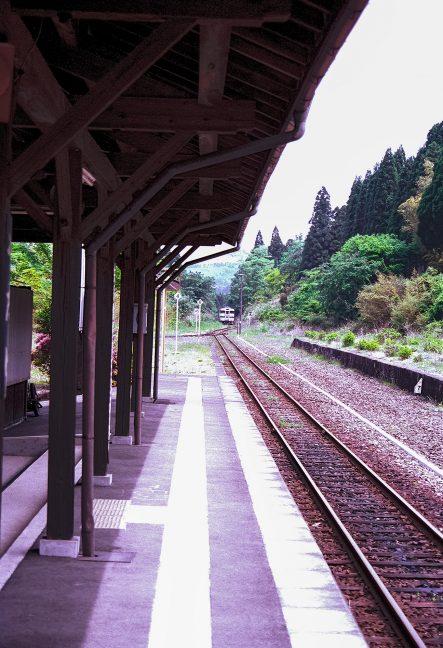 重厚なつくりの矢岳駅に吉松行の普通列車がやってきた