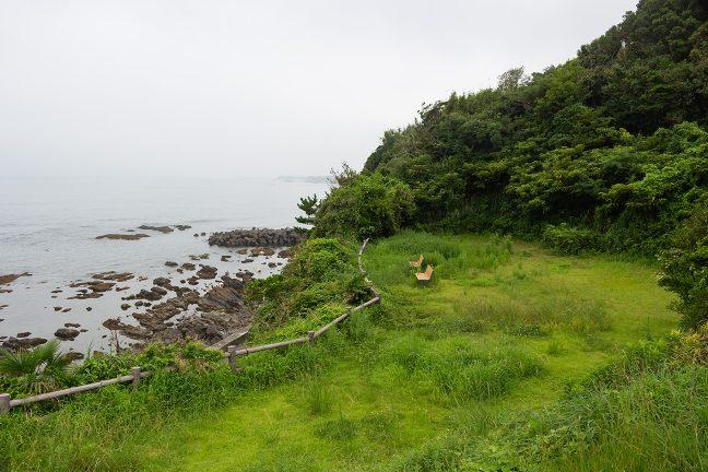 静かな草むらにベンチが佇む隠れた名所の麦崎灯台付近